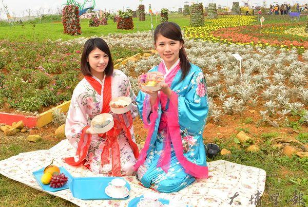 花卉嘉年華在赤崁頂農場開幕,櫻花正妹端著餐盒迎賓。(柏原祥攝)