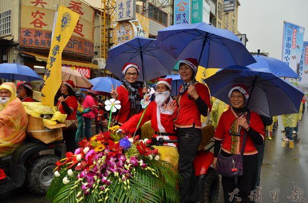 「魅力森巴FUN埔里」活動當日有隊伍裝扮成耶誕老人登場。(柏原祥攝)