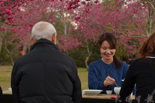 暨大櫻花開得正美,來此品茗氣氛甚佳。(柏原祥攝)