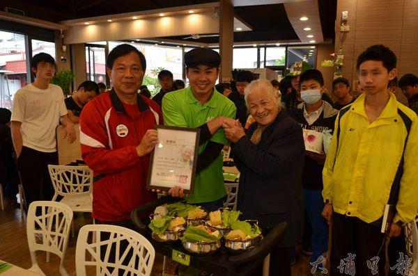 陳綢阿嬤(右二)帶著少年家園的青少年與志工補過圍爐,由Mr.鍋免費招待。(柏原祥攝)