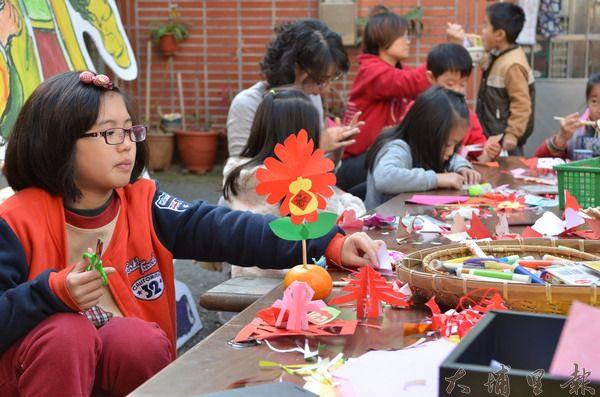 大埔城藝文工作室教小朋友製作「飯春花」,體驗古早年節氣氛。(柏原祥攝)