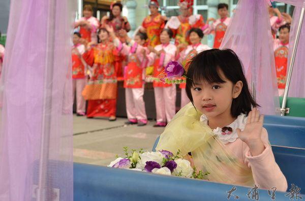 小朋友搭乘小火車開心揮手,宣告鯉魚潭觀音文化藝術節啟動。