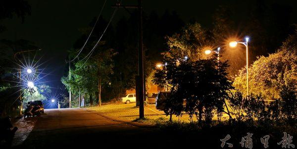 虎頭山的路燈亮了,鄉親夜晚上山賞景更安心。(吳稚凱攝)