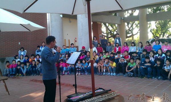 音樂也可以很生活化,長笛音樂家謝志偉走入校園辦戶外演奏。