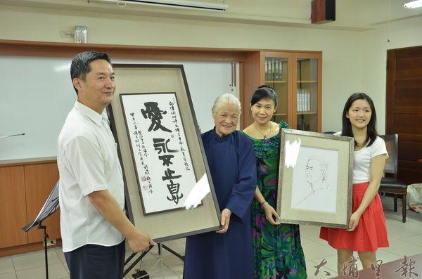陳綢阿嬤(左二)收下Butterfly交響樂團致贈的書法與素描畫像。(柏原祥攝)