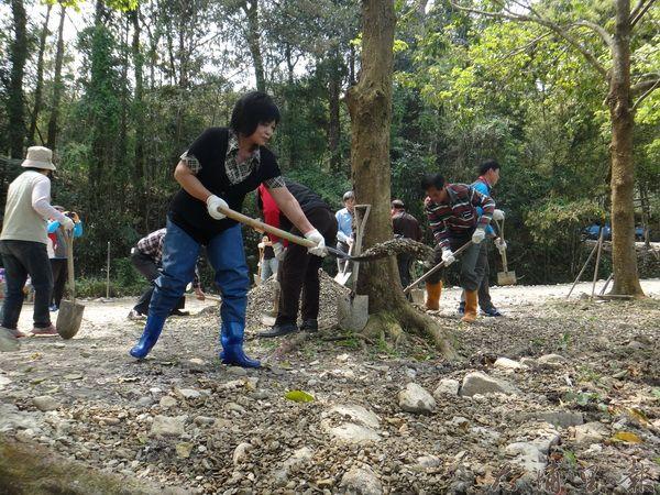 志工們協助清理草湳濕地週邊環境。(黃佳琪攝)