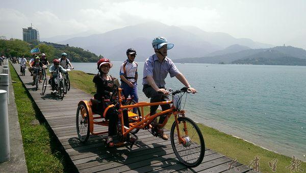 楊玉欣立委與身障朋友一起在日月潭體驗手搖自行車。(圖/日管處提供)