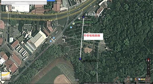 根據鎮公所繪製的中心碑停車場工程規劃圖鳥瞰,白線左側範圍為停車場範圍,影響約33棵樹木。(圖片來源 Google earth 製圖/林佳穎)