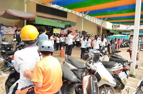 大成國中弦樂隊在第三市場快閃,有鎮民騎車路過專心聆聽。(柏原祥攝)