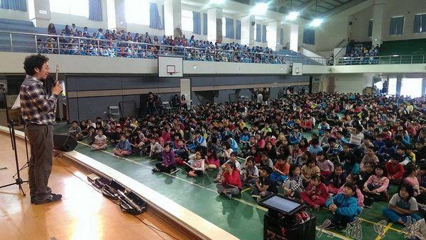 長笛音樂家謝志偉常至大埔里地區中、小學推廣古典樂。(圖/謝志偉提供)
