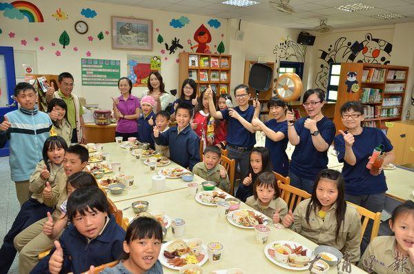 快樂皮偲早餐店遠赴平靜部落做早餐,獎勵18位品德小天使。(柏原祥攝)