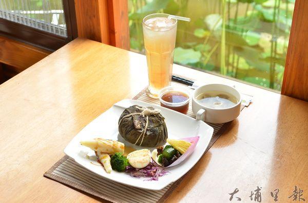 紙教堂推出夏日荷花餐,在荷花池旁用餐,心境跟著悠閒。(柏原祥攝)