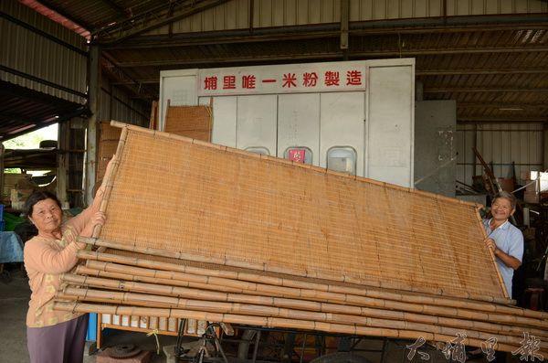 蘇添泉老夫婦展示竹笓,仍堅持以日曬方式生產米粉。(柏原祥攝)