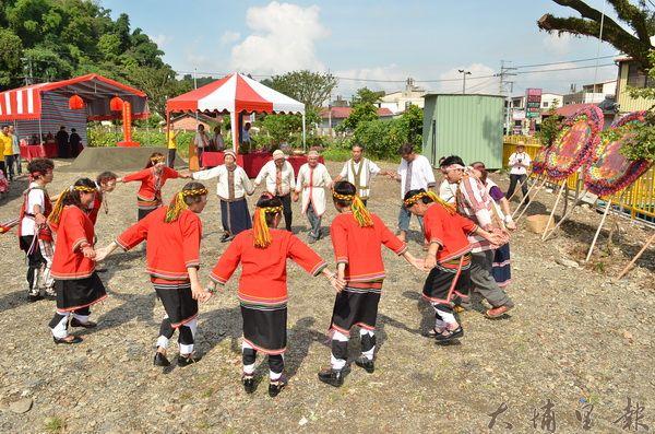 噶哈巫族人吟唱古調進行「牽田」的儀式,慶祝番祖廟動土。(柏原祥攝)