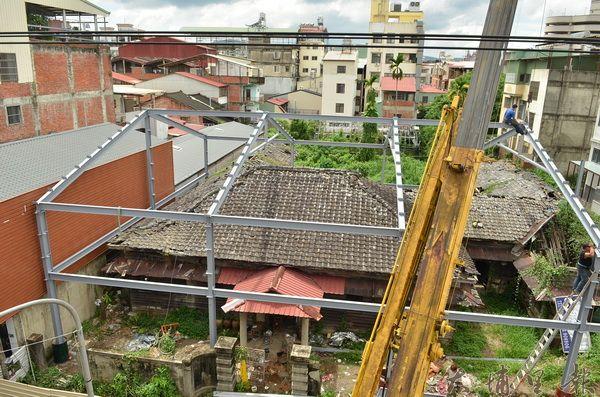 莊建德建築師等人,展開修復童木生診所的複雜工程。(柏原祥攝)