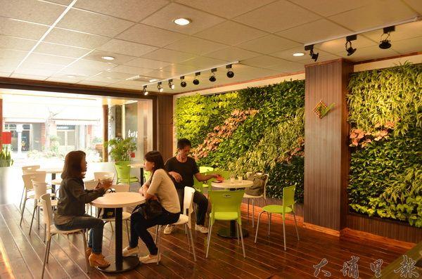 岩田丼屋的植生牆,讓日式餐廳洋溢著綠意。(柏原祥攝)