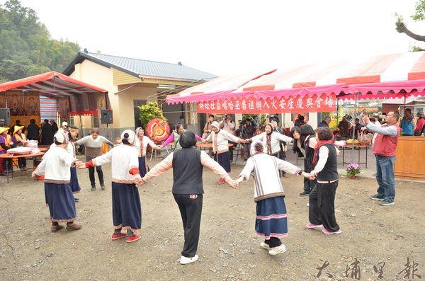 平埔番祖廟落成,噶哈巫族人著傳統服飾歡天喜地慶祝。(柏原祥攝)