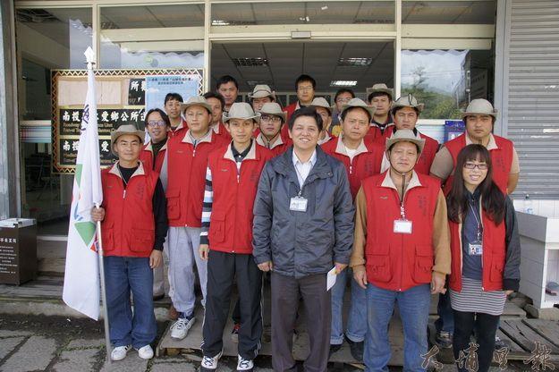 仁愛鄉山林守護隊在公所秘書卓上龍(中)的帶領下成立。(柏原祥攝)