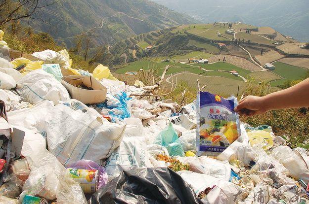 華岡高海拔農業區隨著開發,衍生大量垃圾,垃圾堆中可見 農藥罐或農藥袋。(柏原祥攝)