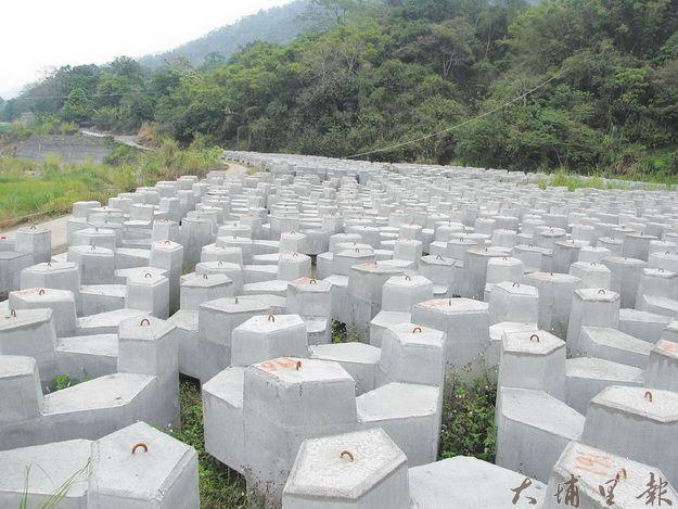 九份二山地震教育館基地早已徵收,卻長期閒置堆置消波塊。(一元二吉攝)