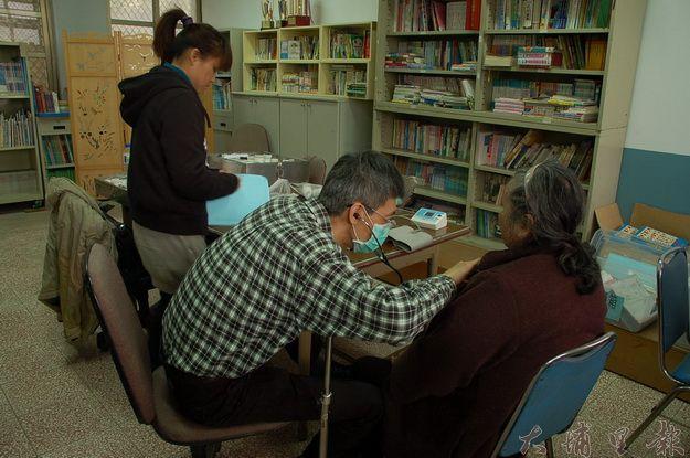 仁愛鄉醫療資源相較山下不足,需仰賴平地醫生上山巡迴診察。(柏原祥攝)