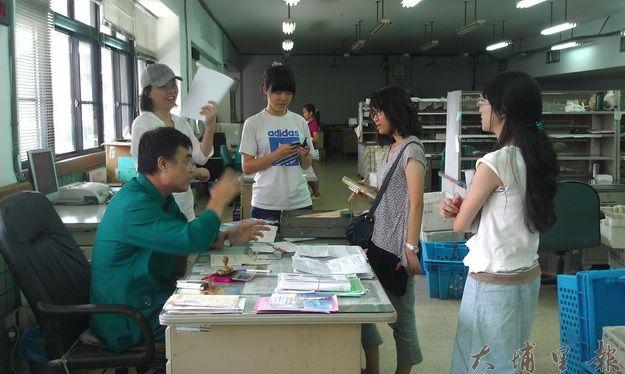 埔里郵政總局 郵務負責人潘福順接受編採營採訪