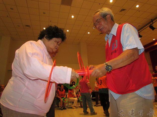 富邦基金會董事長白秀雄與參加者一起玩健康環樂開懷(一元二吉攝)