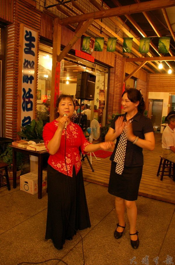尚青活海產快炒店引進那卡西,興致一來客人常與歌手載歌載舞。(柏原祥攝)