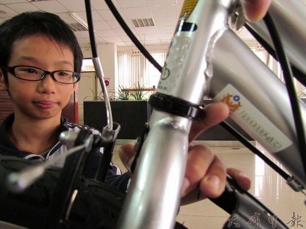宏仁國中學生梁愷勳至埔里派出所申請「自行車防竊編碼」。(一元二吉攝)