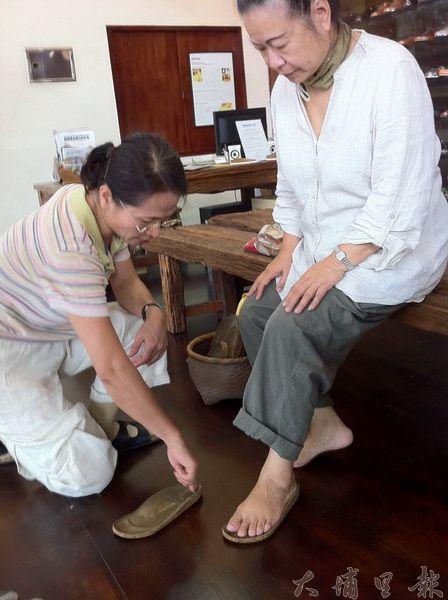 六藝堂老闆娘楊碧連親自為客人量腳板,就是要您穿的舒適安心。