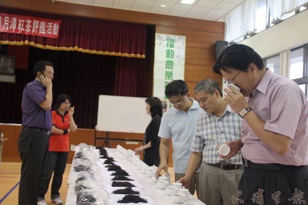 農委會茶改總場課長林金池(右一)等茶業專家一起幫參加比賽的魚池鄉紅茶做評鑑。(黃彥文攝)