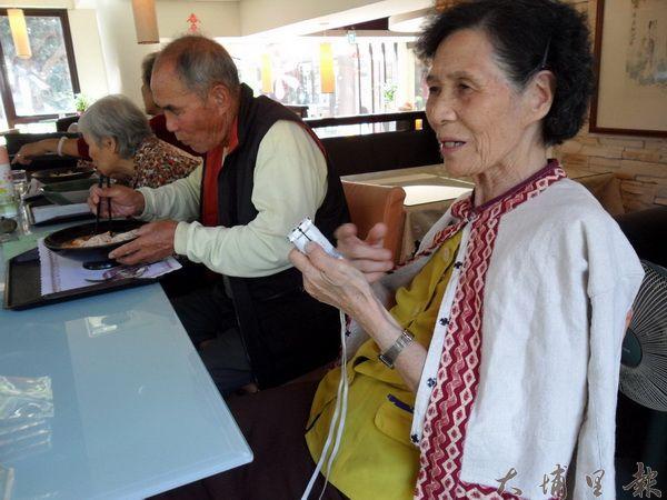 埔里鎮守城社區噶哈巫族的耆老們,透過情境找回族語。(諾爾攝)