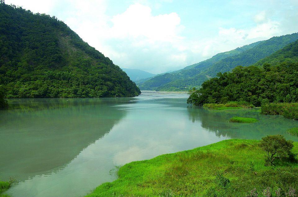 武界壩嚴重淤積,水位上升,原本位於河岸的原住民土地流失。(柏原祥攝)