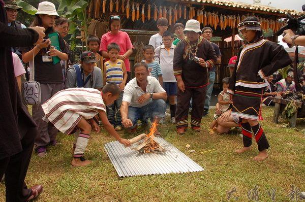 仁愛鄉部落因路途遙遠,瓦斯昂貴,生火是許多鄉民必備的技能。(柏原祥攝)