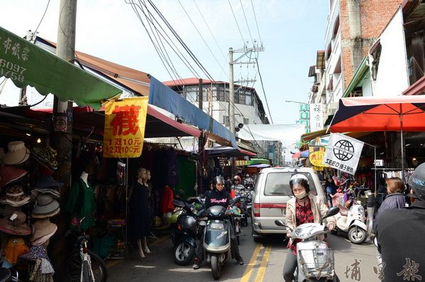 埔里鎮第3市場長期流動攤販佔據車道,機車與行人爭道,險象環生。(柏原祥攝)