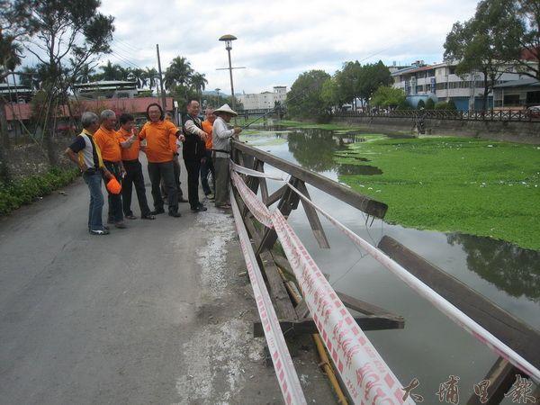 水頭社區發展協會理事長曾慶森與吳勝輝代表、李春振教授一行人前往勘查杷城排洪道欄杆毀壞情形。(何其慧攝)