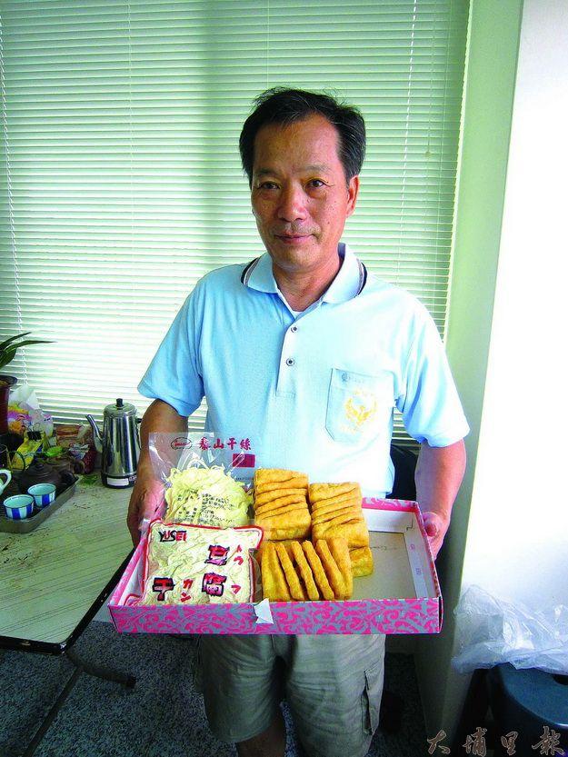 順得食品董事長孫皆得展示其工廠豆製品。(林子婷攝)