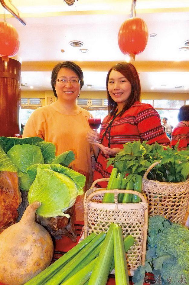 新增養生蔬食餐的供貨商皆為在地業者,用的是安全無毒的蔬果,吃起來更安心,圖為綠生農場工作人員展示自種的蔬菜。(唐茹蘋攝)