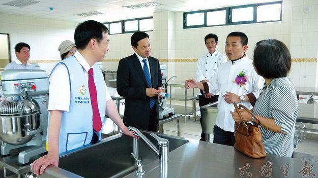 茆晉詳(右二)向各位來賓介紹烘焙教室。(唐茹蘋攝)