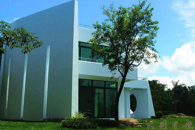 陳濬岳起造的綠建築位於大坪頂地區,白色牆面非常醒目。(唐茹蘋攝)
