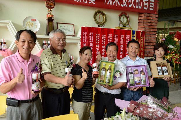 賴朝賢(右三)連續三年獲全國龍眼蜂蜜評鑑特等獎。(柏原祥攝)