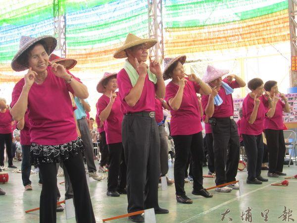 籃城社區婦女農婦裝扮表演農村曲。
