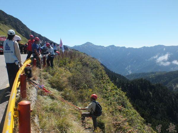 神鷹山區搜救隊與一批登山好手們,在合歡山區運用繩攀技術撿拾山谷裡的垃圾。