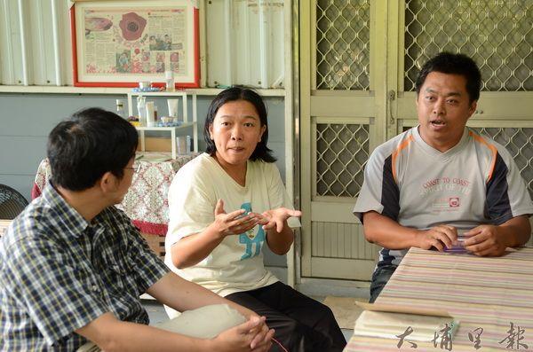 章思廣(右)、郭逸萍(中)這對夫婦原本只想單純的作農,沒想到因農地問題,長期與官方、財團周旋。(柏原祥攝)
