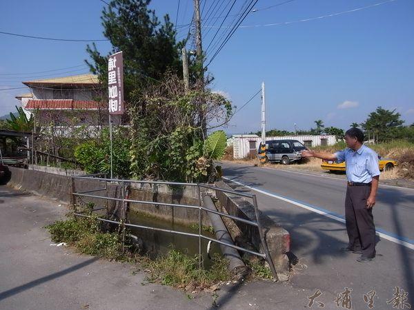 張文烈(右)指出臨時架起的欄杆已遭車輛多次撞擊凹陷。 (蔡佳倫攝)