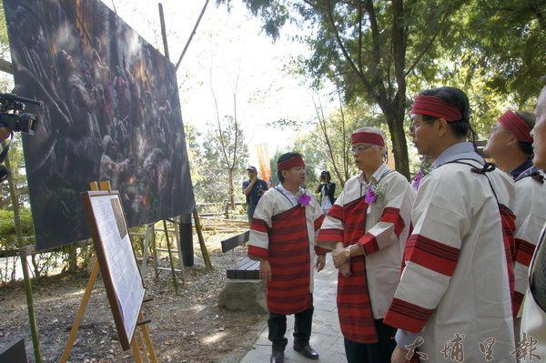 霧社事件82週年紀念活動現場展示了周靖龍的「1930壯士訣別酒」大幅畫作。