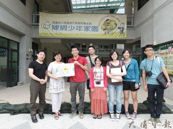 交享樂於良顯堂社會福利基金會少年之家展現埔里徒步計畫蒐集的商家簽名看板。(善遞提供)