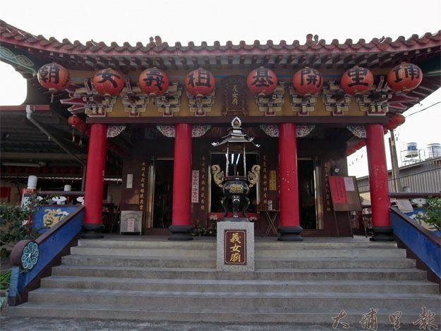 小路上的義女廟不若大廟熱鬧非凡,但正符合天水嬸質樸而親切的氣質。(蔡佳倫攝)