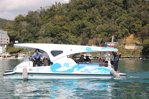日月潭國家風景區管理處推動綠能遊艇,讓環湖更環保,日管處購置的交通船就採取太陽能發動,走起來安靜且環保。(黃彥文攝)