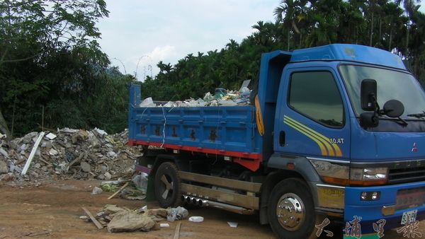 埔里警方在埔里、仁愛、魚池三鄉鎮交界,查獲傾倒廢棄物的現行犯。(柏原祥翻攝)